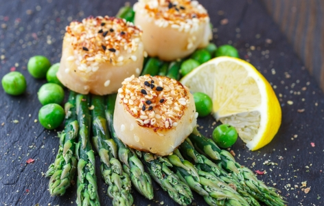 Scallops on a bed of asparagus with lemon